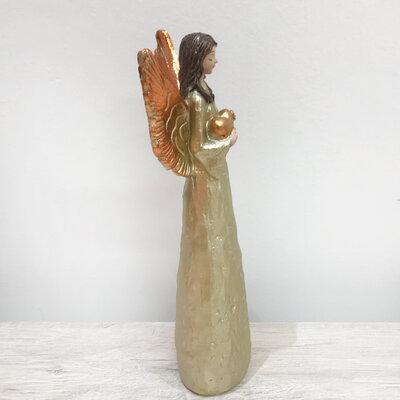 Anjo com Asas Douradas com Coração nas Mãos