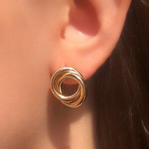 Brinco nó do amor tubular banhado a ouro 18k