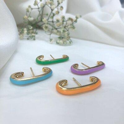 Brinco Ear Hook Esmaltado Curvo Banho Ouro 18k