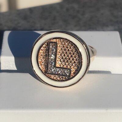 Anel Letras Cravado Mini Zircônias Esmaltado Banho Ouro 18K