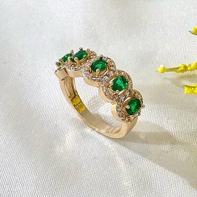 Aliança 5 Pedras Ovais Esmeralda e Aro Cravejado em Zircônias