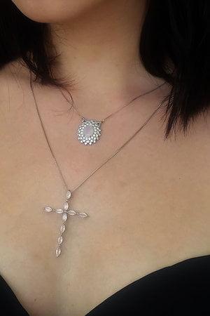 Colar com pingente de cruz com zircônias rosa quartz semijoia