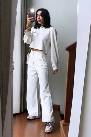 Conjunto Blusa de Malha com Recortes e Calça Pantalona com Nervuras