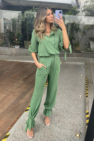 Calça Pantalona com Recortes, Faixas e Passantes na Barra