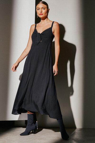 Vestido Com Abertura E Amarração Frontal