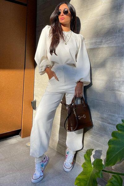 Calça Silvia Braz com bolsos e pregas na barra