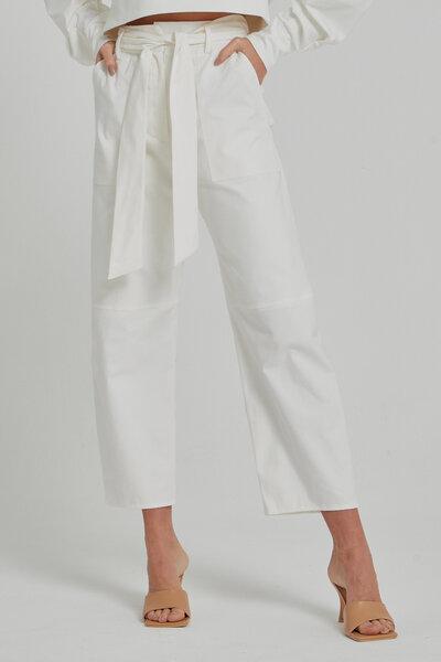 Calça sarja com bolsos frontais e roletê cós